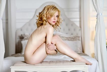 Beautiful nude sexy lady in elegant pose. Sie isr wunderschön, aber sie will keinen Sex