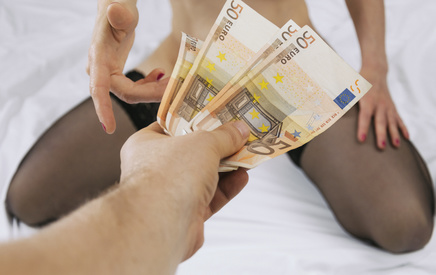 Hure nimmt Geld vom Freier