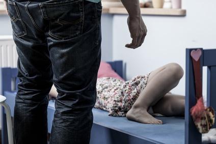 Missbrauch kleines Mädchen, Mann steht vor Bett