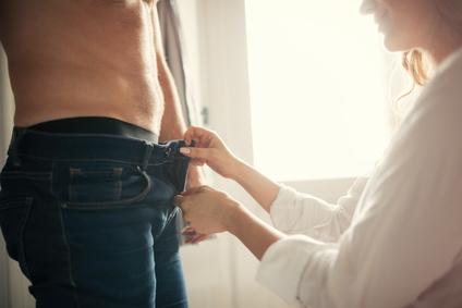 Oralsex. Frau oeffnet Hose von Mann