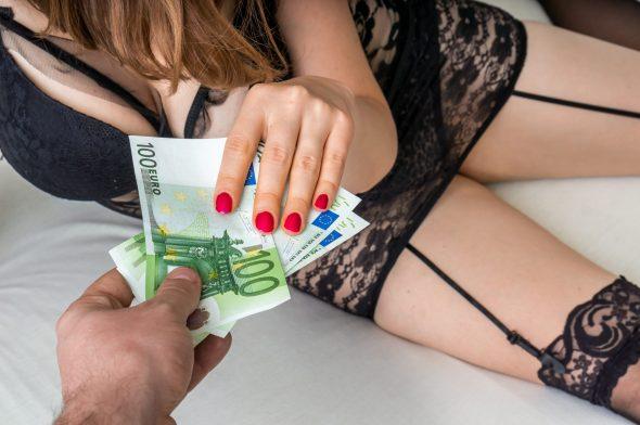 Ich: devot, Geldsklaverei, Fußfetisch – wie finde ich raus, ob meine Freundin es macht?