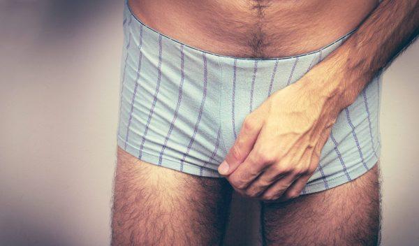 Hoden kneten, bis es schmerzt: Kann das zu Schäden führen?
