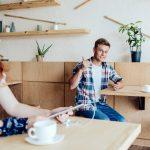 Ein Flirt im Café von Tisch zu Tisch