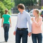 Wenn er sich nach einer anderen Frau umdreht, macht seine Partnerin oder Freundin das richtig wütend