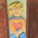 Verliebtes Mädchen mit großem Herzen
