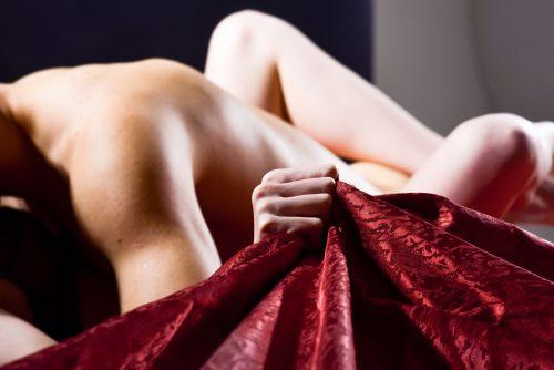 Bei leidenschaftlichem Sex krallt sie sich in die Bettdecke, macht die Hände zu Fäusten
