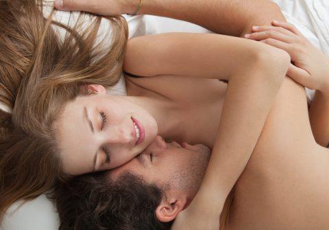Nach dem Orgasmus entspannt miteinander im Bett