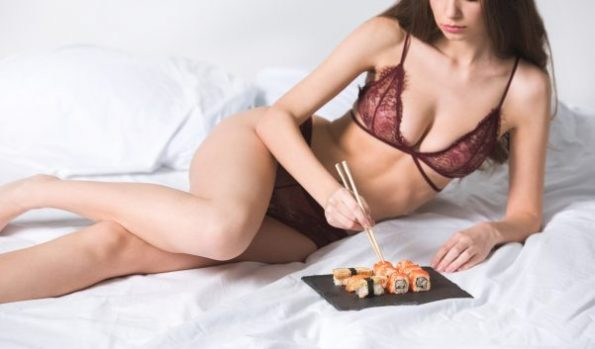 Sexspielchen mit Lebensmitteln und verbundenen Augen