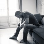 Er ist traurig, vielleicht sogar depressiv, weil sein Bruder gestorben ist