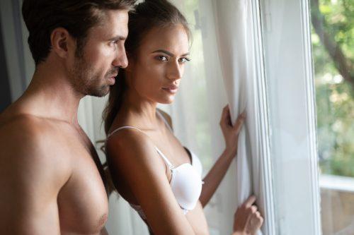 Verheirateter Liebhaber redet mit seiner Geliebten