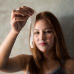 Wenn frisches Sperma im Kondom ist, kann eine Frau sich damit selbst schwängern?