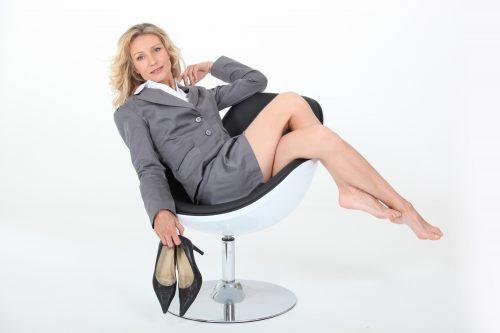 Viele Männer stehen auf eine reifere Frau im Kostüm oder Businesslook