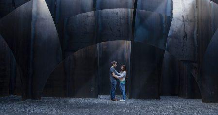 Jüngerer Mann und ältere Frau vor einem Labyrinth