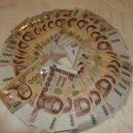 Geldsklaverei: ich bezahle alles für sie, zum Beispiel Schuhe und Klamotten, und finde es geil!