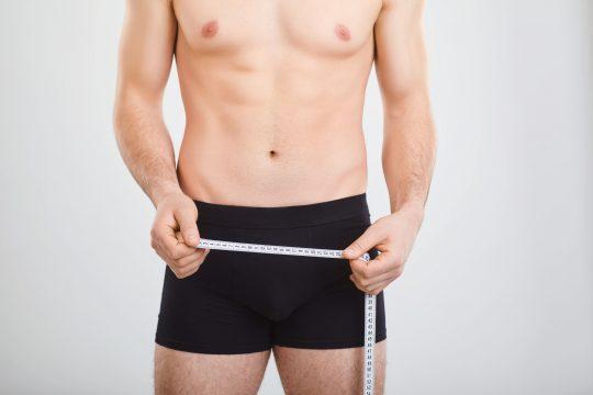Viele Männer messen und vergleichen ihre Penislänge